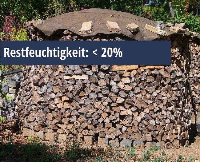 Brennholzstapel im Freien mit Hinweis zum Restfeuchtigkeitsgehalt